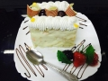 cocos frisca si vanilie, cu blat de vanilie, glazura de ciocolata alba si decor cu struguri si friscacofetarie_romanesca_torturi_prajituri_londra